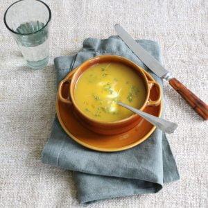 bruine soepkom met paprikasoep