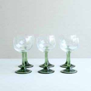 vintage wijnglas met groene poot