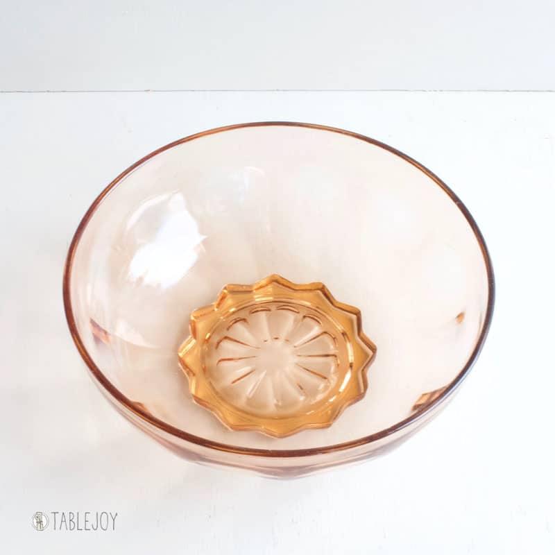 Vintage schaal van roze/oranje persglas