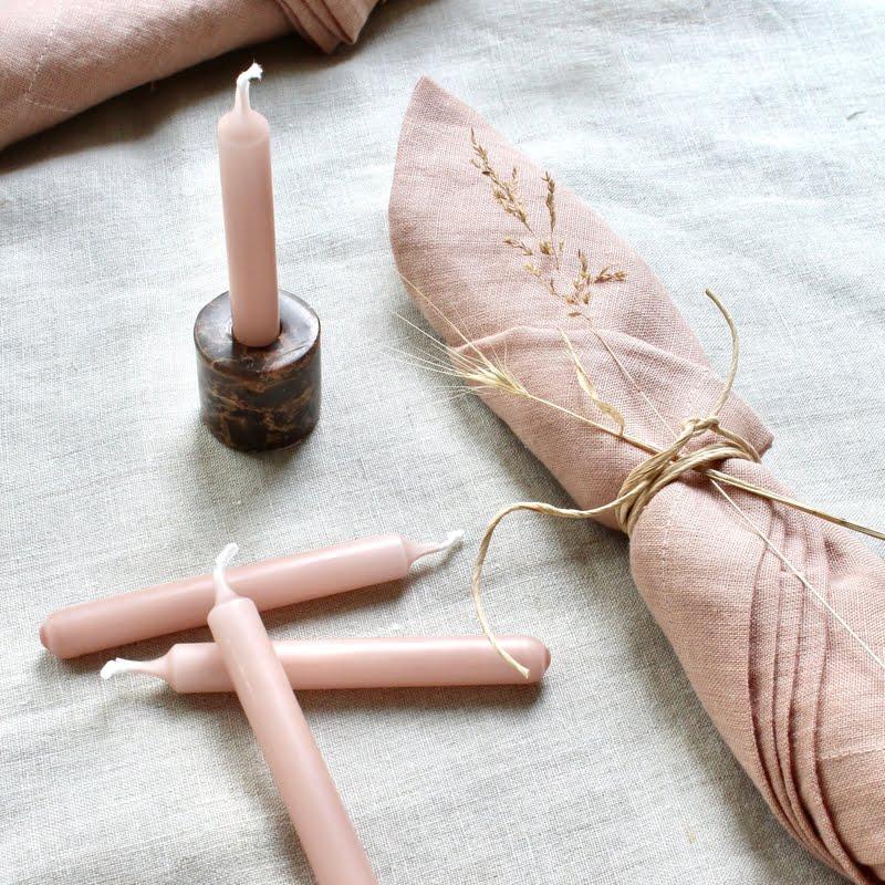 Roze linnen servet en kleine kaarsjes