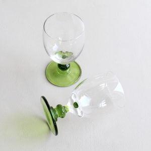 vintage wijnglas met groen voet