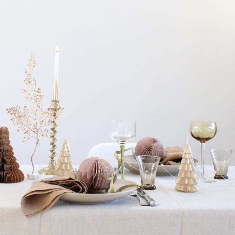 kersttafel gedekt met goud accenten