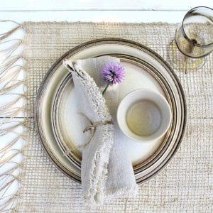 set vintage borden op buitentafel