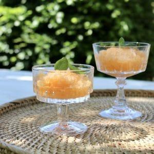 zomers dessert in vintage glazen
