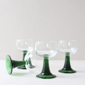 Klein roemer glas met groen voet 2