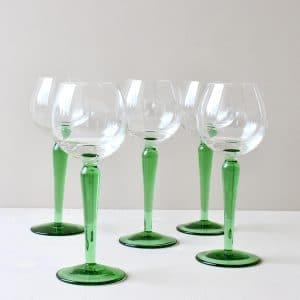 Hoge vintage wijnglas met groene voet