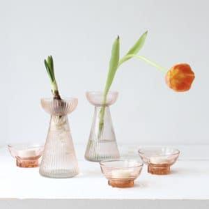 Klein bollenvaasje van roze geribbeld glas