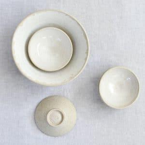 Grote en kleine handgemaakte kommen van keramiek