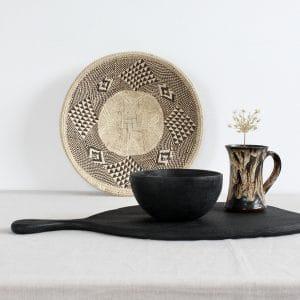 Zwart hout en riet op tafel