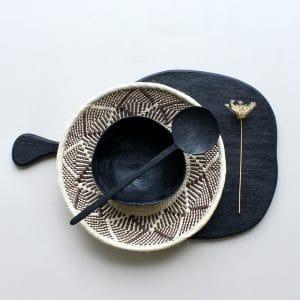 Zwart houten dienblad met binga mand