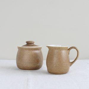 Vintage melk en suiker set met zandkleurig glazuur