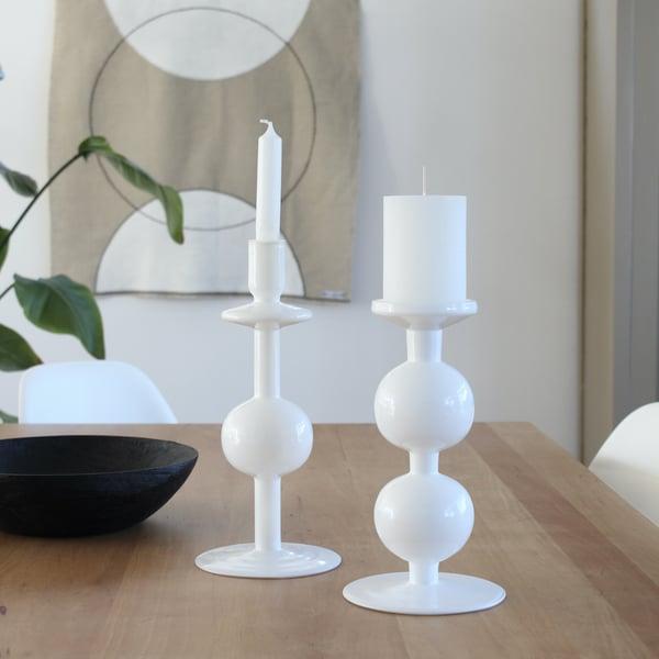 Hoge kandelaar van wit glas