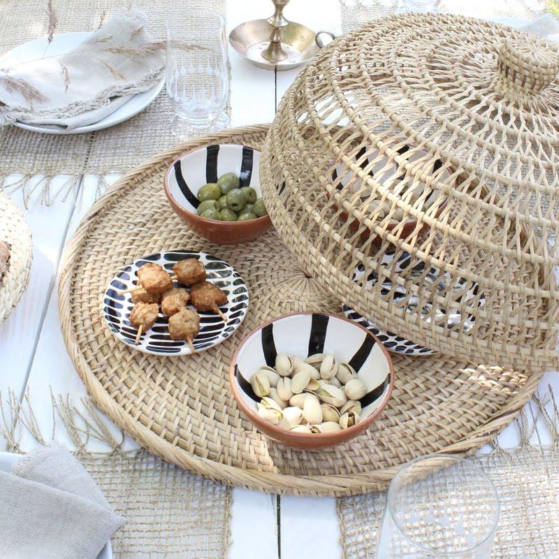Dienblad van riet op de zomertafel