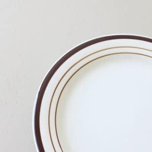 vintage ontbijt bord wit met bruin
